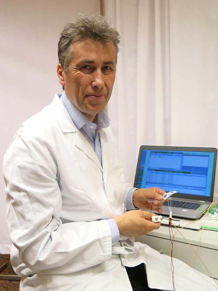 Dr. Othmar Schuhfried, mit Analysegeräten
