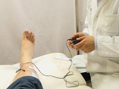 Fuss eines Patienten mit angebrachten Messkabeln