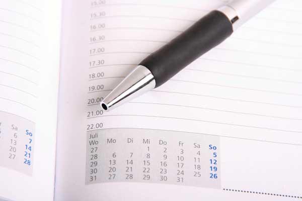 Seite eines Taschenkalenders mit Kugelschreiber